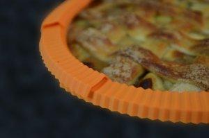 casabella-silicone-pie-crust-shield-3